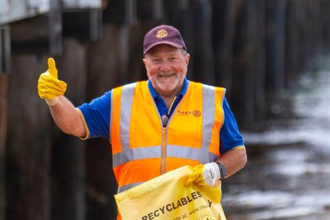 Local resident Peter Deacon picking up rubbish in Queenscliff
